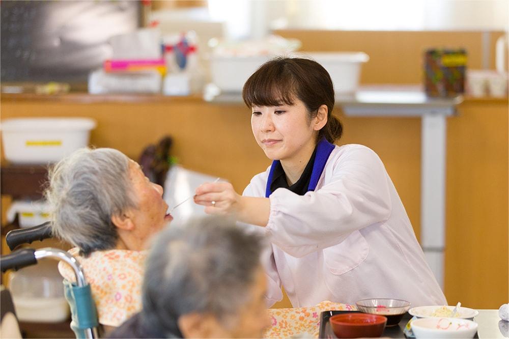 食事の補助をする介護士の写真