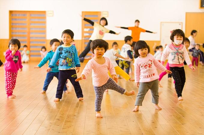 リズム運動をする子ども達