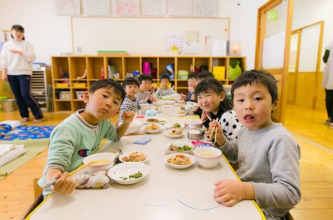 給食を食べる子どもたち