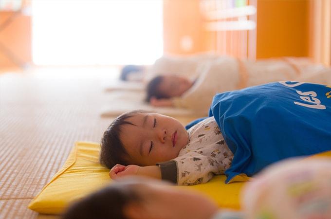 すやすやと眠る子ども
