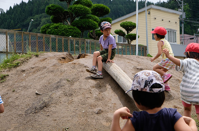 外遊びをする子ども達の写真